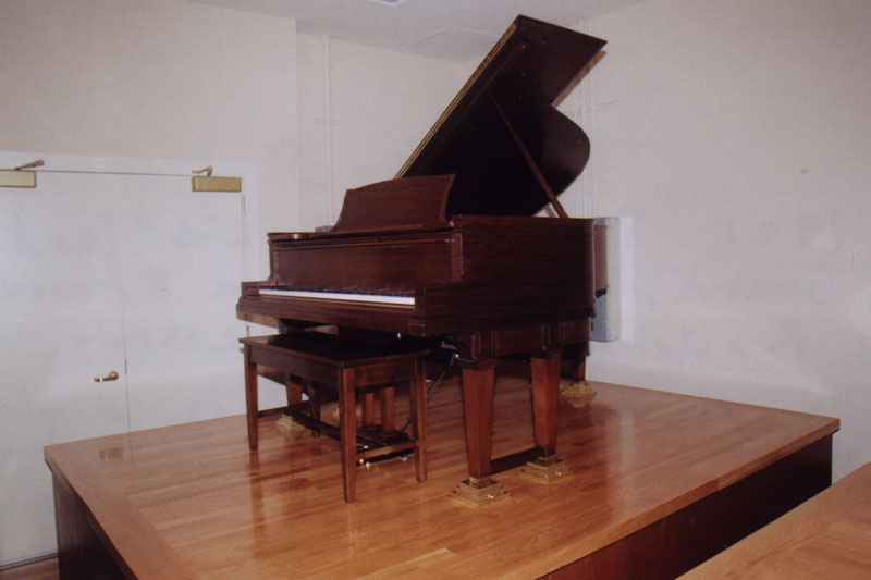 1925 Steinway OR 6′-6″ Duo-Art Grand, played from 3 manuals & pedals on the Wurlitzer console.